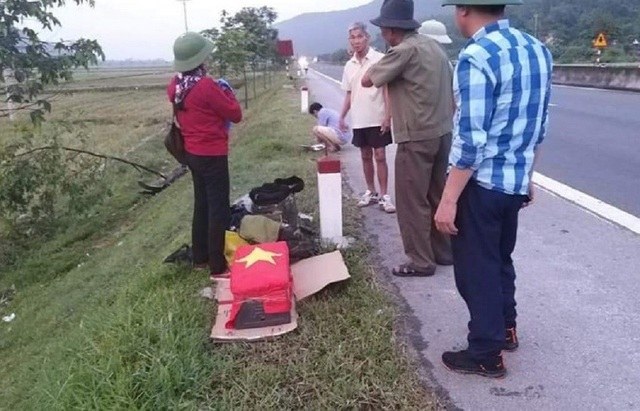 Xe chở hài cốt liệt sĩ cùng 6 người lao xuống ruộng - 2