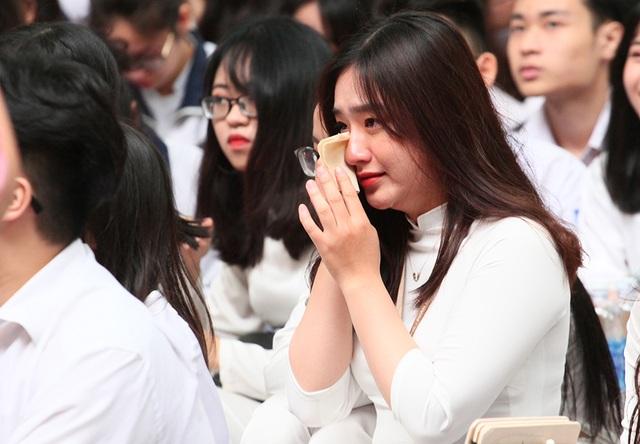 Giọt nước mắt học trò tuôn rơi ngày chia xa mái trường dấu yêu... - 1