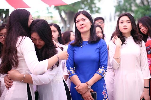 Nghẹn ngào phút chia tay của thầy trò trường Việt Đức - 9