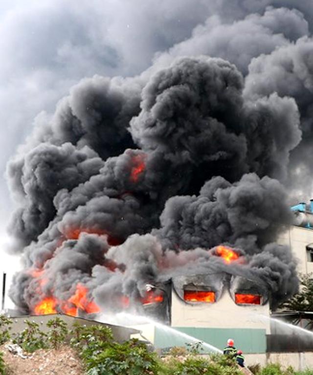 Hiện trường rực lửa vụ cháy kinh hoàng trong KCN Việt Hương - 1