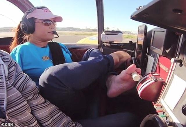 Cô gái không tay trở thành nữ phi công đầu tiên lái máy bay bằng chân - 1