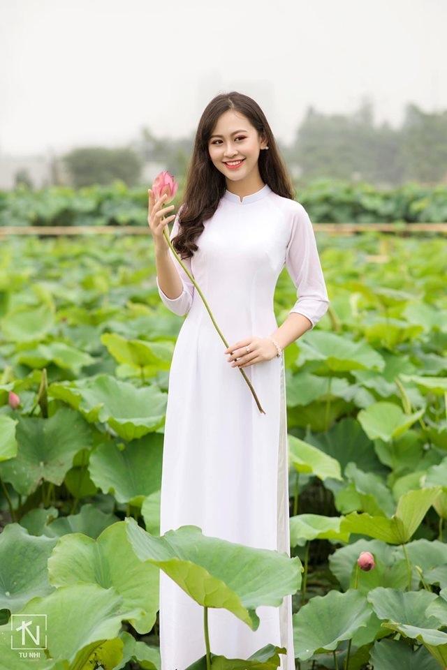 Hoa khôi Imiss Thăng Long đằm thắm giữa hồ sen đầu mùa - 2
