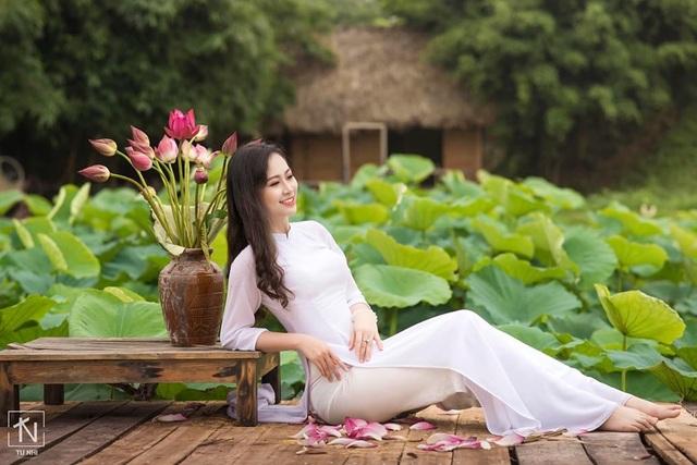 Hoa khôi Imiss Thăng Long đằm thắm giữa hồ sen đầu mùa - 3
