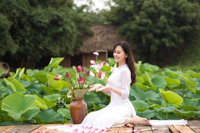 Hoa khôi Imiss Thăng Long đằm thắm giữa hồ sen đầu mùa - 6