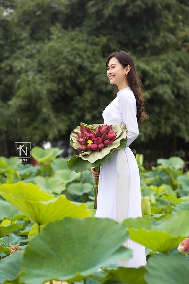 Hoa khôi Imiss Thăng Long đằm thắm giữa hồ sen đầu mùa - 7
