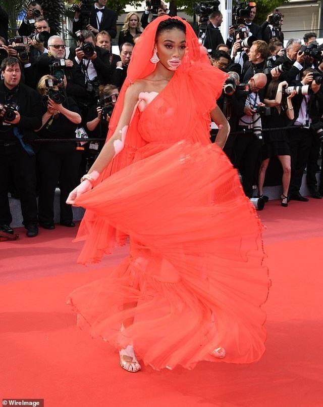 Winnie Harlow gặp sự cố trên thảm đỏ Cannes vì váy quá ngắn - 4
