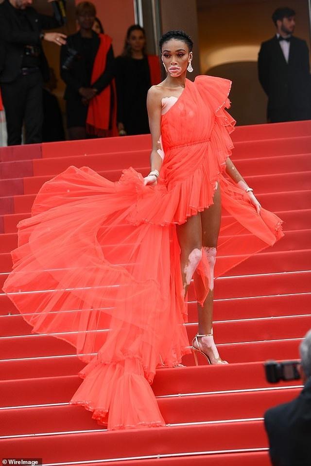 Winnie Harlow gặp sự cố trên thảm đỏ Cannes vì váy quá ngắn - 8