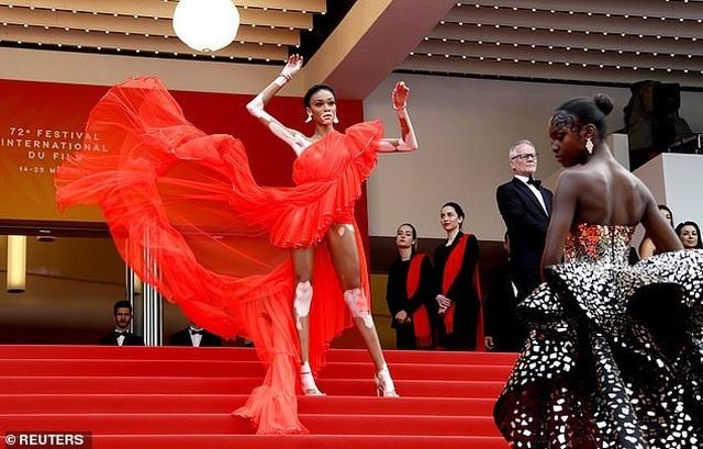 Winnie Harlow gặp sự cố trên thảm đỏ Cannes vì váy quá ngắn - 11