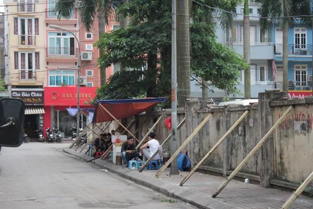 """Liều mình ngồi bán hàng dưới bức tường """"tử thần"""" ở Hà Nội - 6"""
