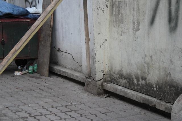 """Liều mình ngồi bán hàng dưới bức tường """"tử thần"""" ở Hà Nội - 12"""