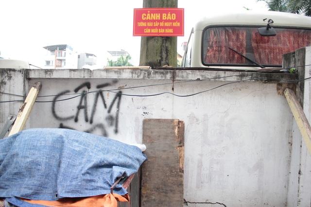 """Liều mình ngồi bán hàng dưới bức tường """"tử thần"""" ở Hà Nội - 7"""