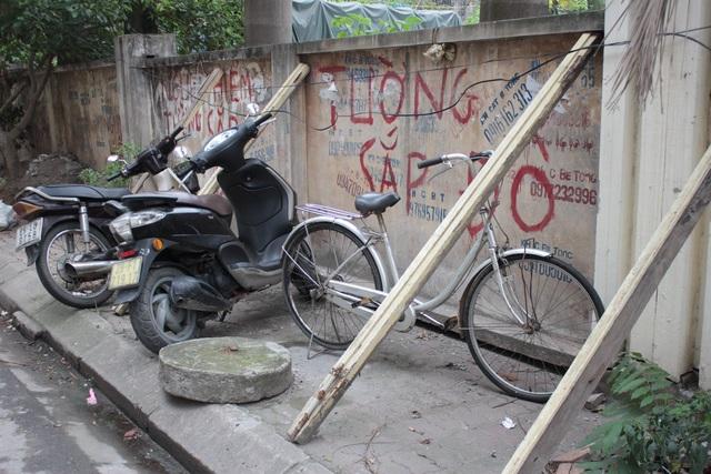 """Liều mình ngồi bán hàng dưới bức tường """"tử thần"""" ở Hà Nội - 11"""