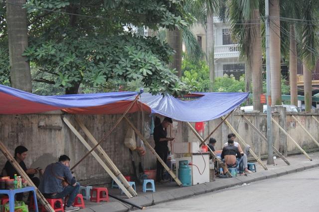 """Liều mình ngồi bán hàng dưới bức tường """"tử thần"""" ở Hà Nội - 2"""