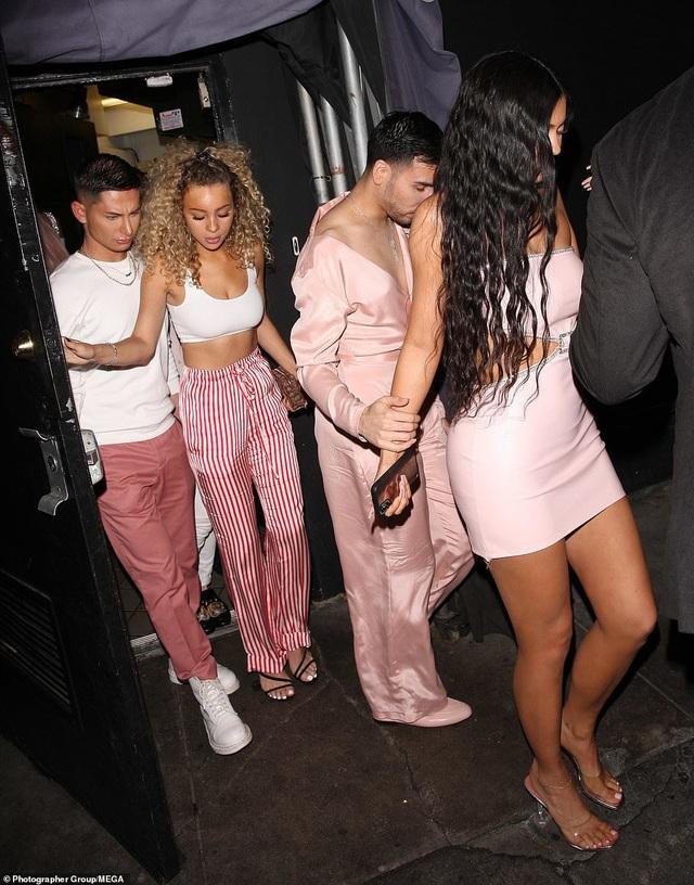 Kylie Jenner bốc lửa ra mắt mỹ phẩm mới - 2