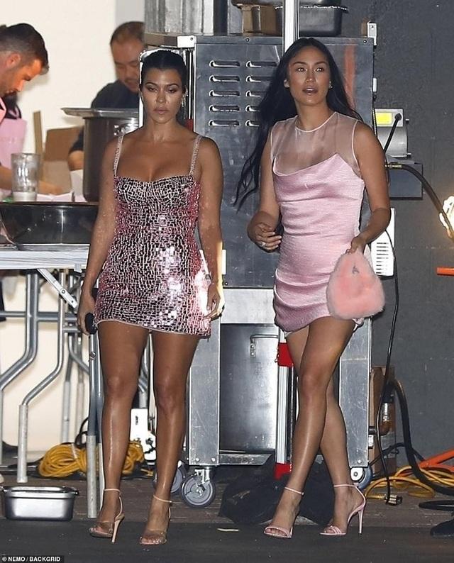 Kylie Jenner bốc lửa ra mắt mỹ phẩm mới - 6