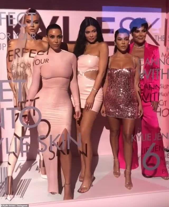 Kylie Jenner bốc lửa ra mắt mỹ phẩm mới - 1