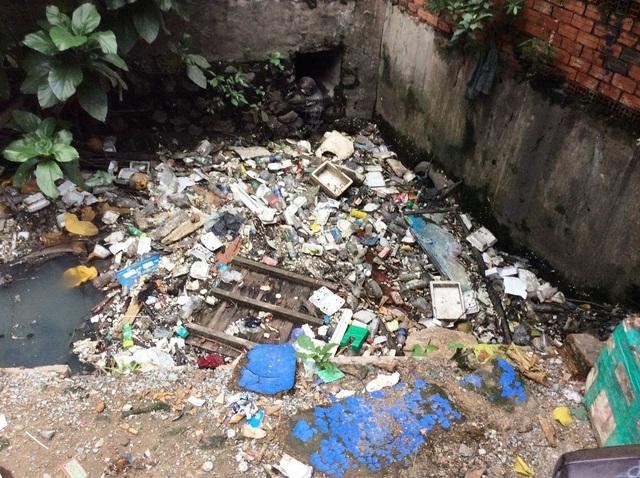 Dân xả rác bịt cống tắc kênh, thành phố bao giờ mới hết ngập? - 2