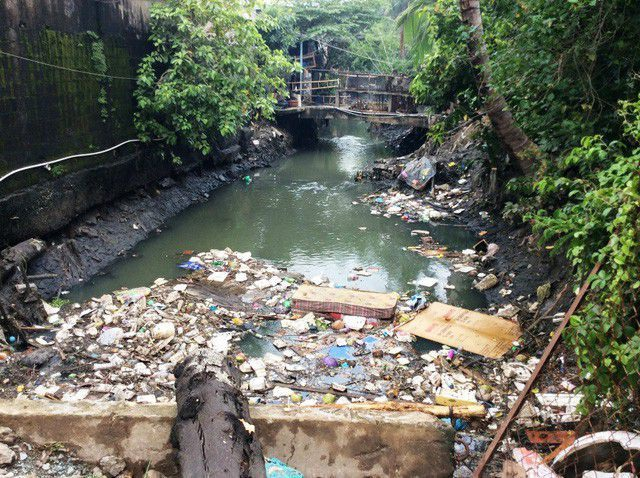 Dân xả rác bịt cống tắc kênh, thành phố bao giờ mới hết ngập? - 1