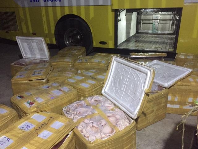 Phát hiện hàng trăm kg nội tạng và thịt lợn không rõ nguồn gốc trên xe khách - 2
