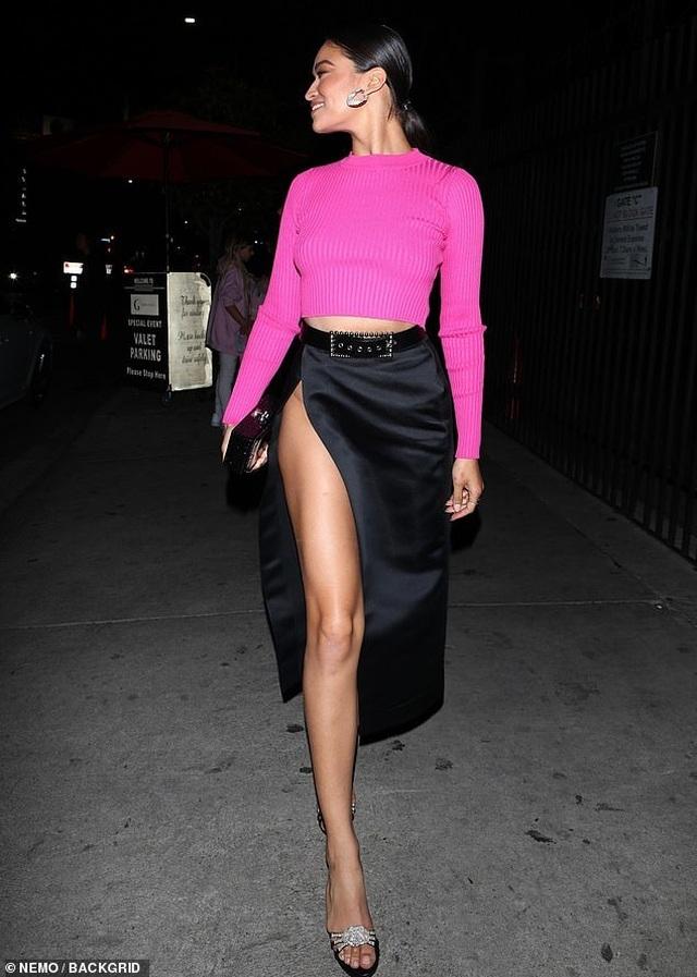 Kylie Jenner bốc lửa ra mắt mỹ phẩm mới - 9