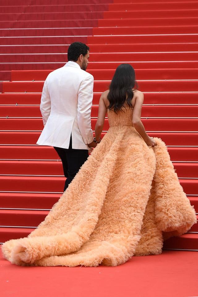 Thiên thần nội y Sara Sampaio tình tứ hôn bạn trai trên thảm đỏ Cannes - 6