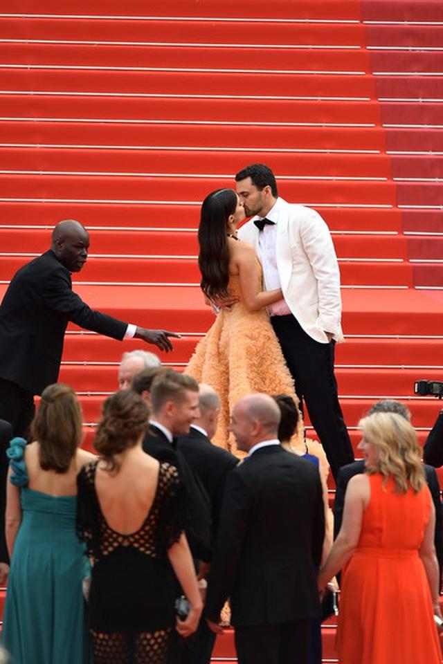 Thiên thần nội y Sara Sampaio tình tứ hôn bạn trai trên thảm đỏ Cannes - 11