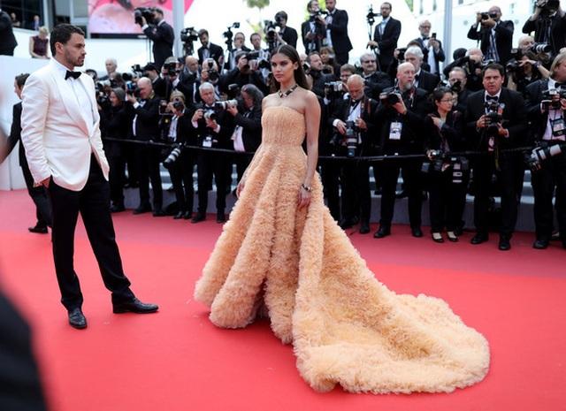 Thiên thần nội y Sara Sampaio tình tứ hôn bạn trai trên thảm đỏ Cannes - 7
