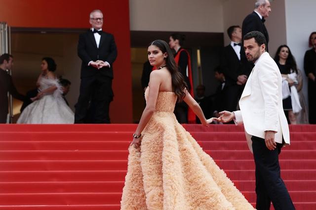 Thiên thần nội y Sara Sampaio tình tứ hôn bạn trai trên thảm đỏ Cannes - 14
