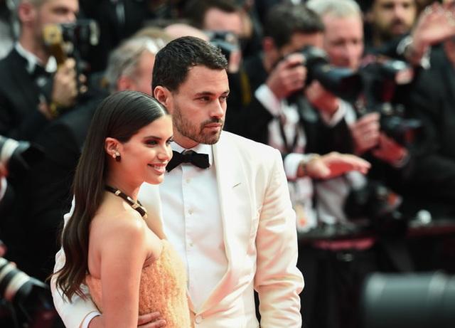 Thiên thần nội y Sara Sampaio tình tứ hôn bạn trai trên thảm đỏ Cannes - 2