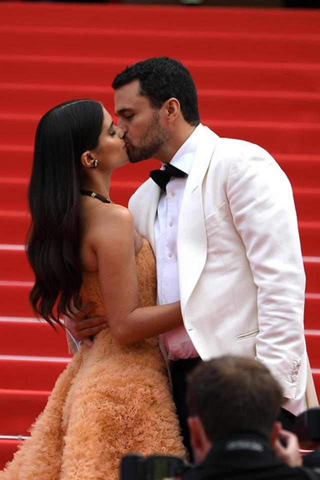 Thiên thần nội y Sara Sampaio tình tứ hôn bạn trai trên thảm đỏ Cannes - 13