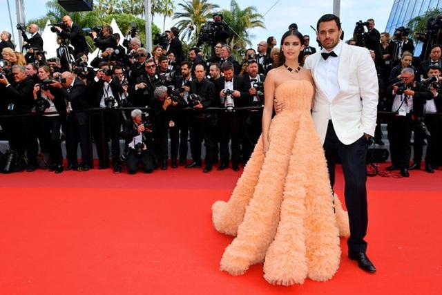 Thiên thần nội y Sara Sampaio tình tứ hôn bạn trai trên thảm đỏ Cannes - 1