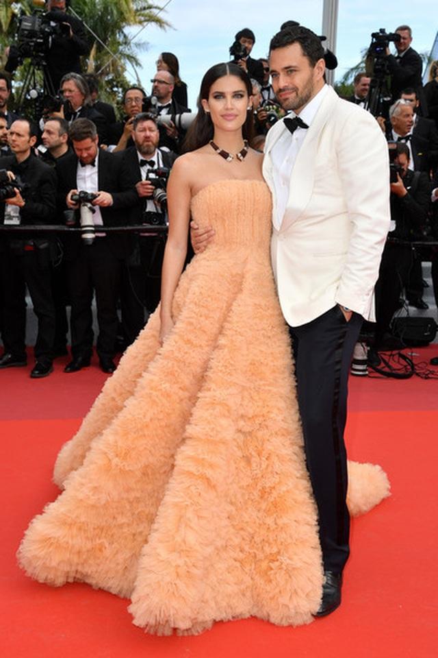 Thiên thần nội y Sara Sampaio tình tứ hôn bạn trai trên thảm đỏ Cannes - 5
