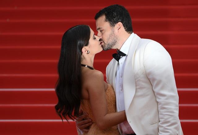 Thiên thần nội y Sara Sampaio tình tứ hôn bạn trai trên thảm đỏ Cannes - 3