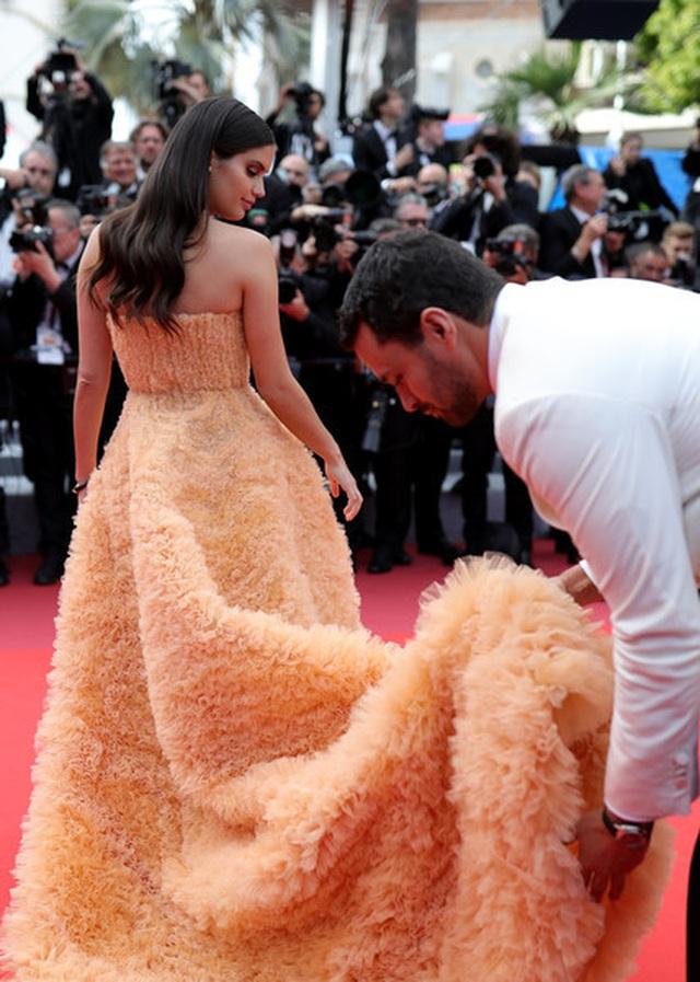 Thiên thần nội y Sara Sampaio tình tứ hôn bạn trai trên thảm đỏ Cannes - 8