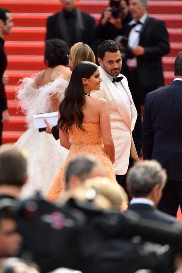 Thiên thần nội y Sara Sampaio tình tứ hôn bạn trai trên thảm đỏ Cannes - 12
