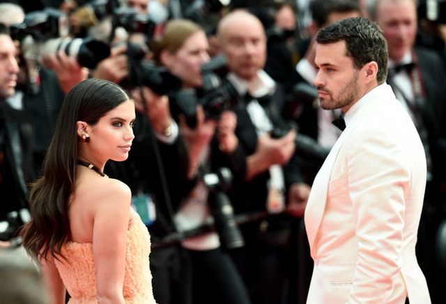 Thiên thần nội y Sara Sampaio tình tứ hôn bạn trai trên thảm đỏ Cannes - 9