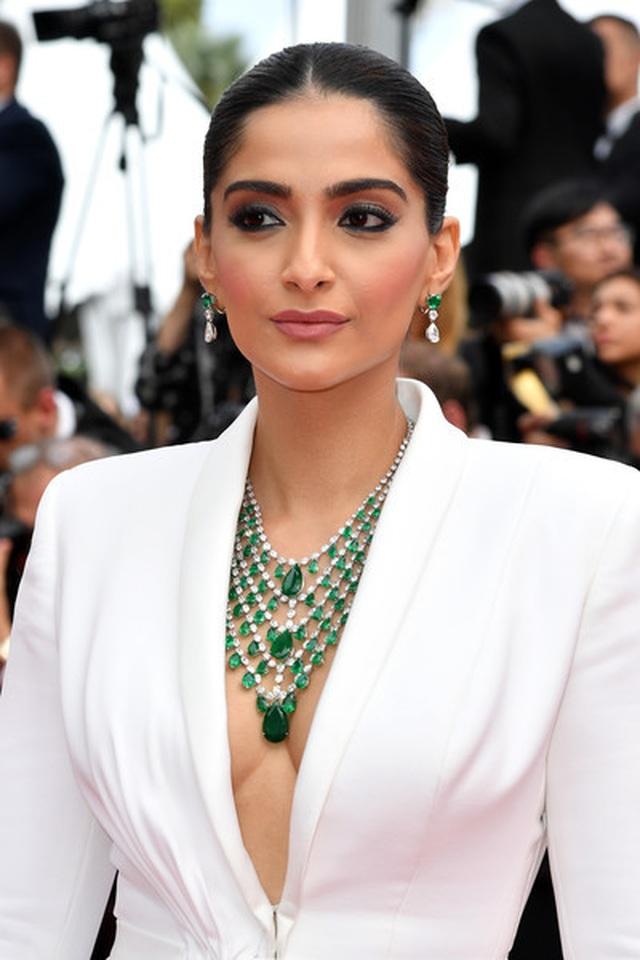 Sao Ấn Độ Sonam Kapoor lấp ló ngực đầy - 5