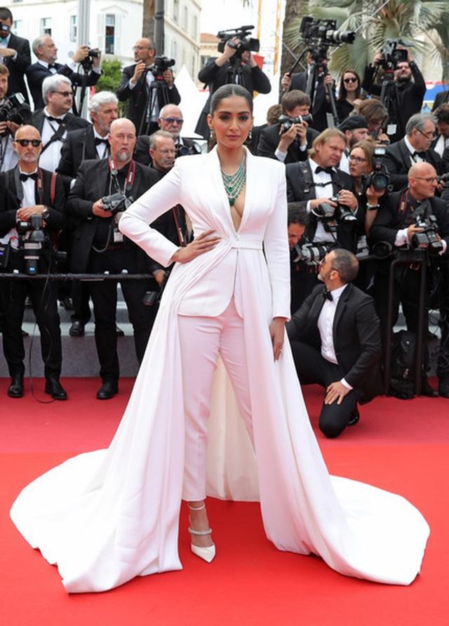 Sao Ấn Độ Sonam Kapoor lấp ló ngực đầy - 1