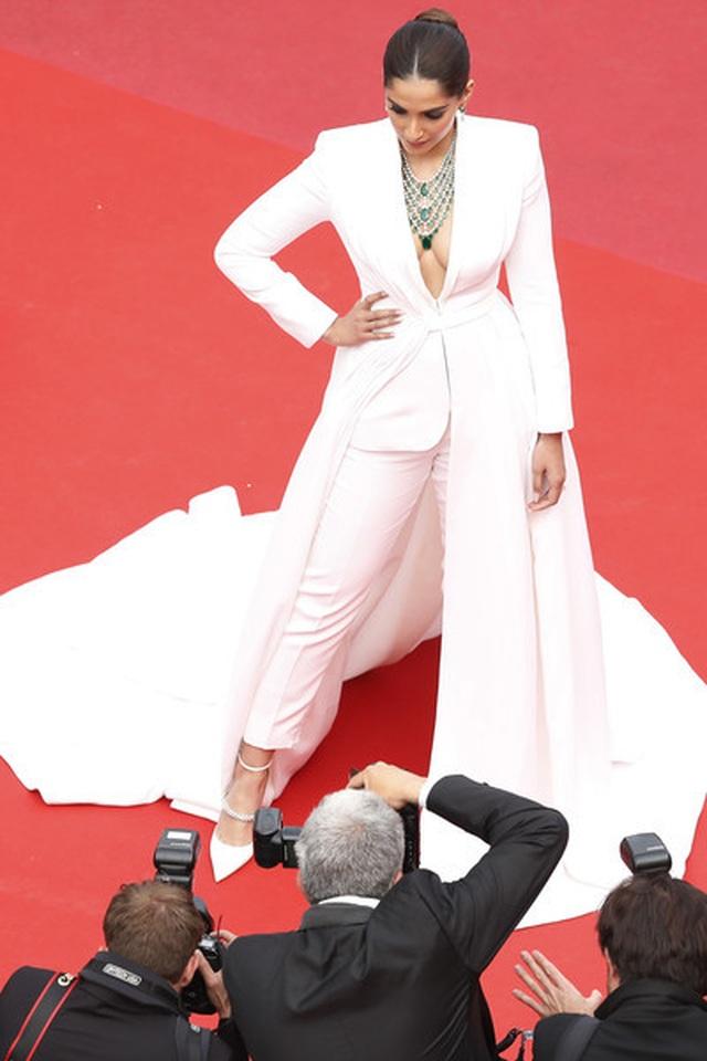 Sao Ấn Độ Sonam Kapoor lấp ló ngực đầy - 3