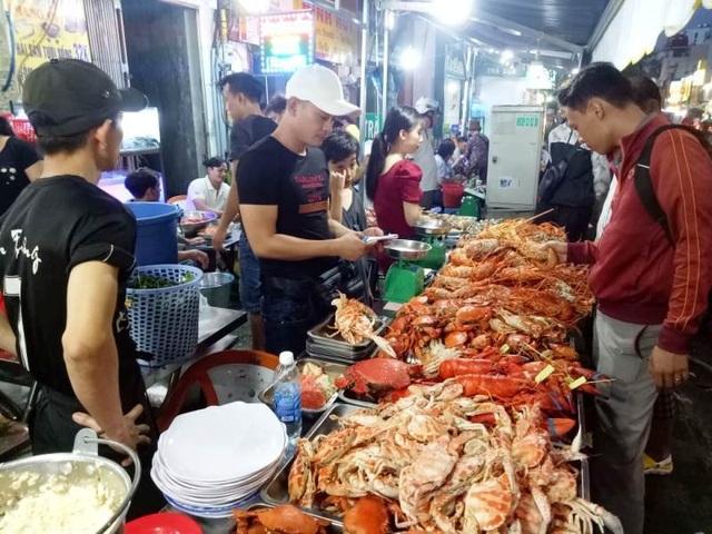 """Cua huỳnh đế, tôm hùm giá """"bạc triệu"""" bán khắp các vỉa hè Sài Gòn - 1"""