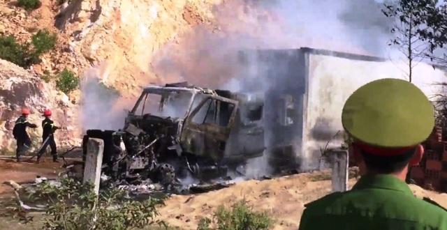 Xe container cháy ngùn ngụt khi đang đậu, người dân hú vía - 3