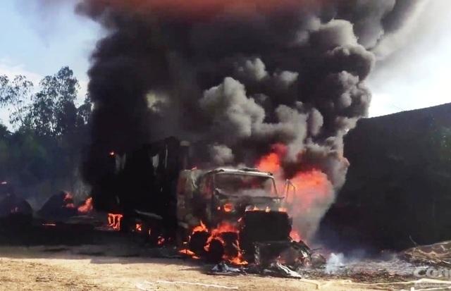 Xe container cháy ngùn ngụt khi đang đậu, người dân hú vía - 1
