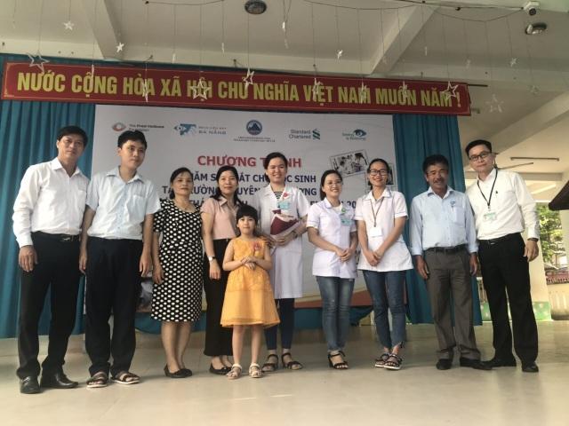 Đà Nẵng: Gần 300 học sinh khuyết tật được chăm sóc mắt, cấp kính miễn phí - 1