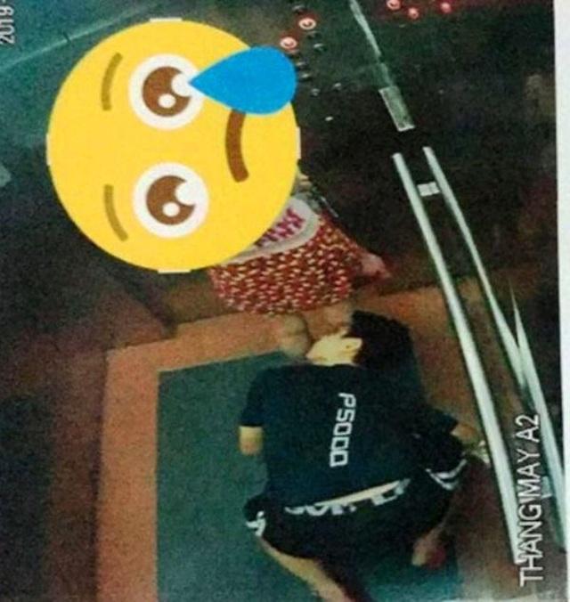 Đã xác định người quỳ ở sàn thang máy nhòm váy phụ nữ - 1