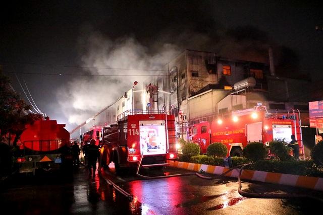 """8 giờ đương đầu với """"giặc lửa"""" trong vụ cháy kinh hoàng tại KCN Việt Hương - 6"""