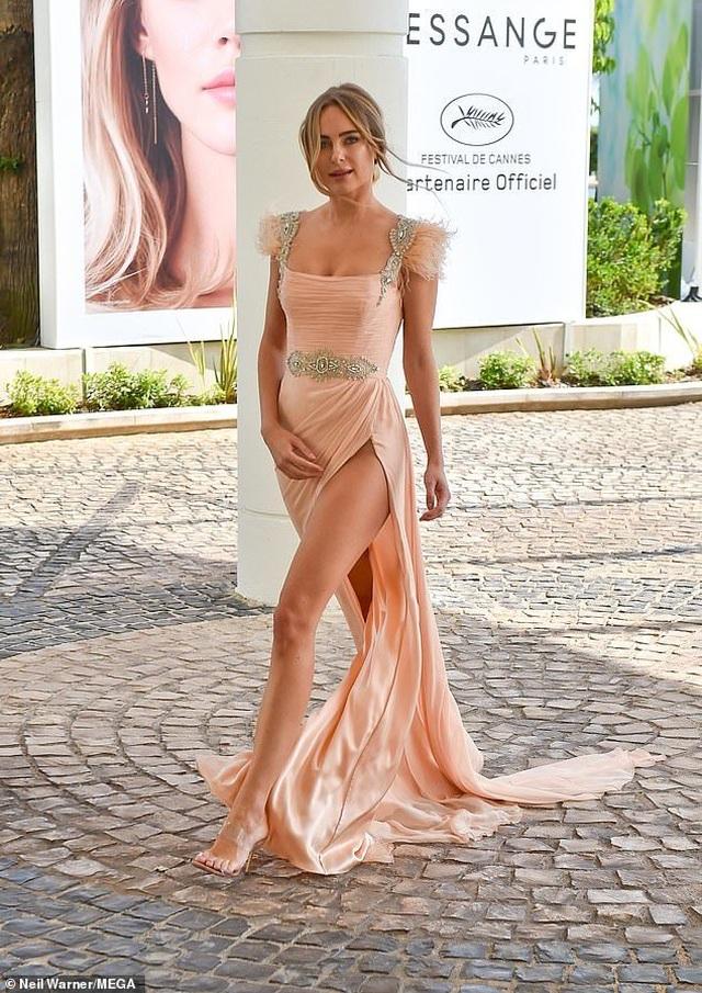 Kimberley Garner khoe chân dài với váy xẻ bất tận - 2