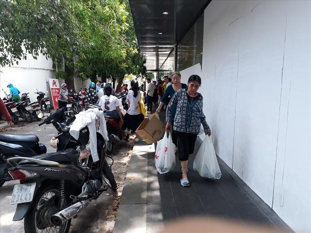 Auchan bị oanh tạc ngày thanh lý: Nhiều khách hàng bị chặn từ cửa - 5