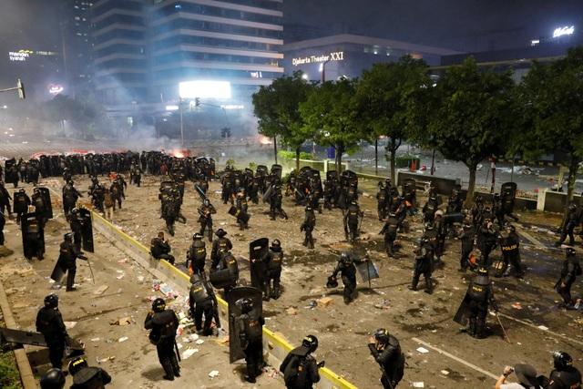 """Thủ đô Jakarta biến thành """"chiến trường"""" vì bạo động sau bầu cử, 6 người chết - 5"""
