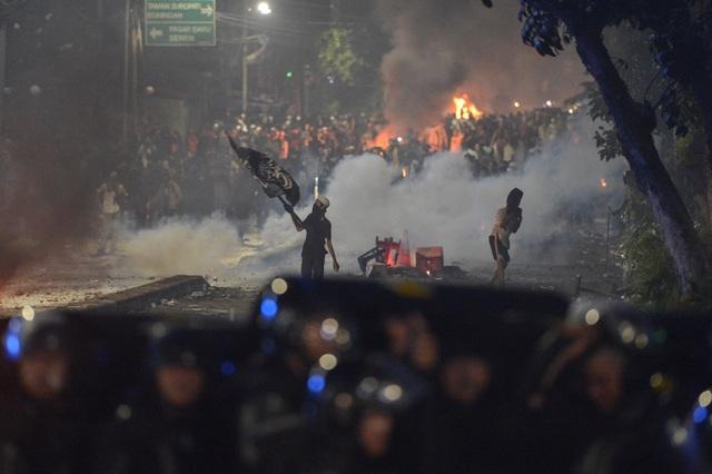"""Thủ đô Jakarta biến thành """"chiến trường"""" vì bạo động sau bầu cử, 6 người chết - 2"""