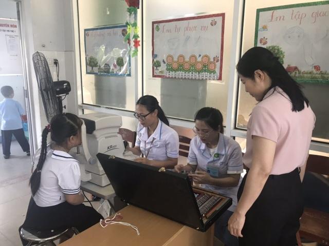 Đà Nẵng: Gần 300 học sinh khuyết tật được chăm sóc mắt, cấp kính miễn phí - 2